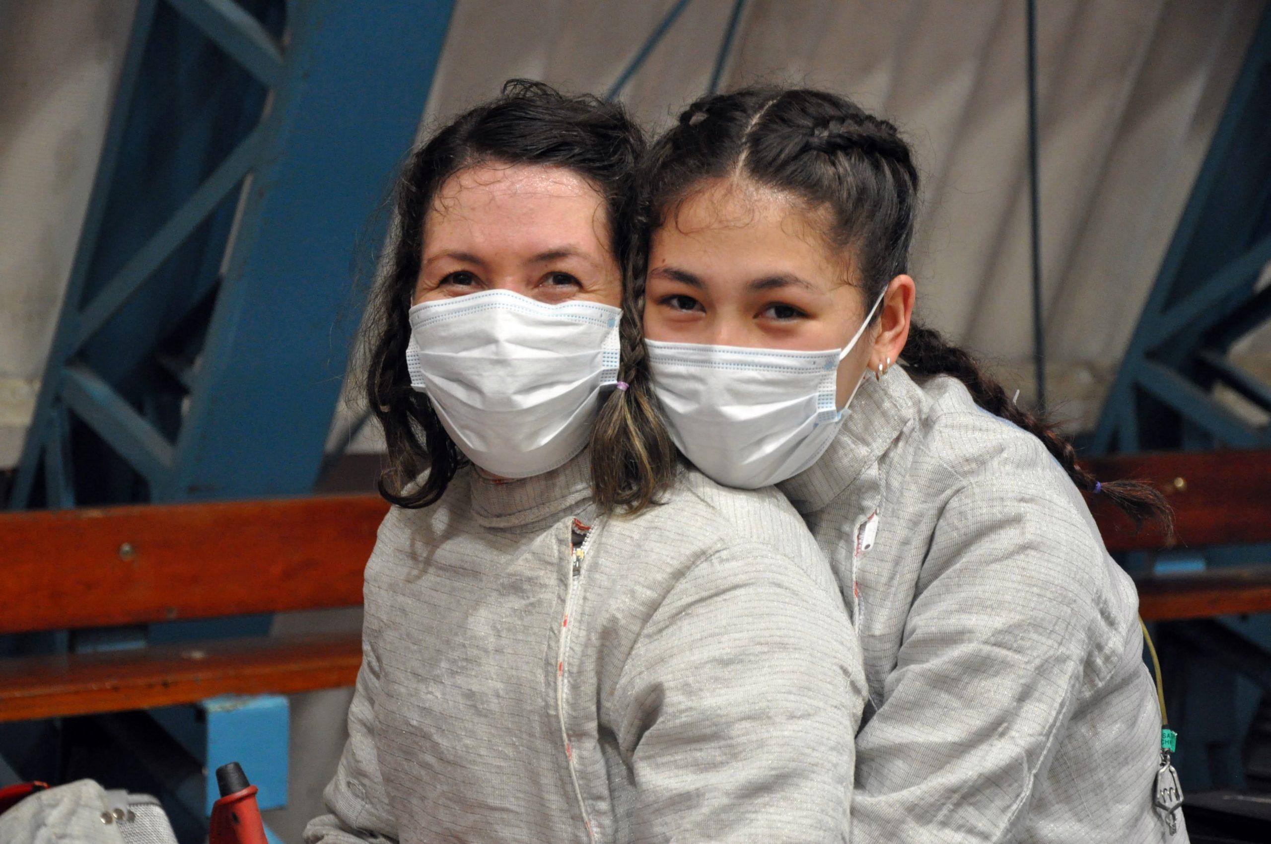 Herança de filha para mãe: após primeiro confronto em competição, Isabela e Andrea Chen contam relação com a esgrima
