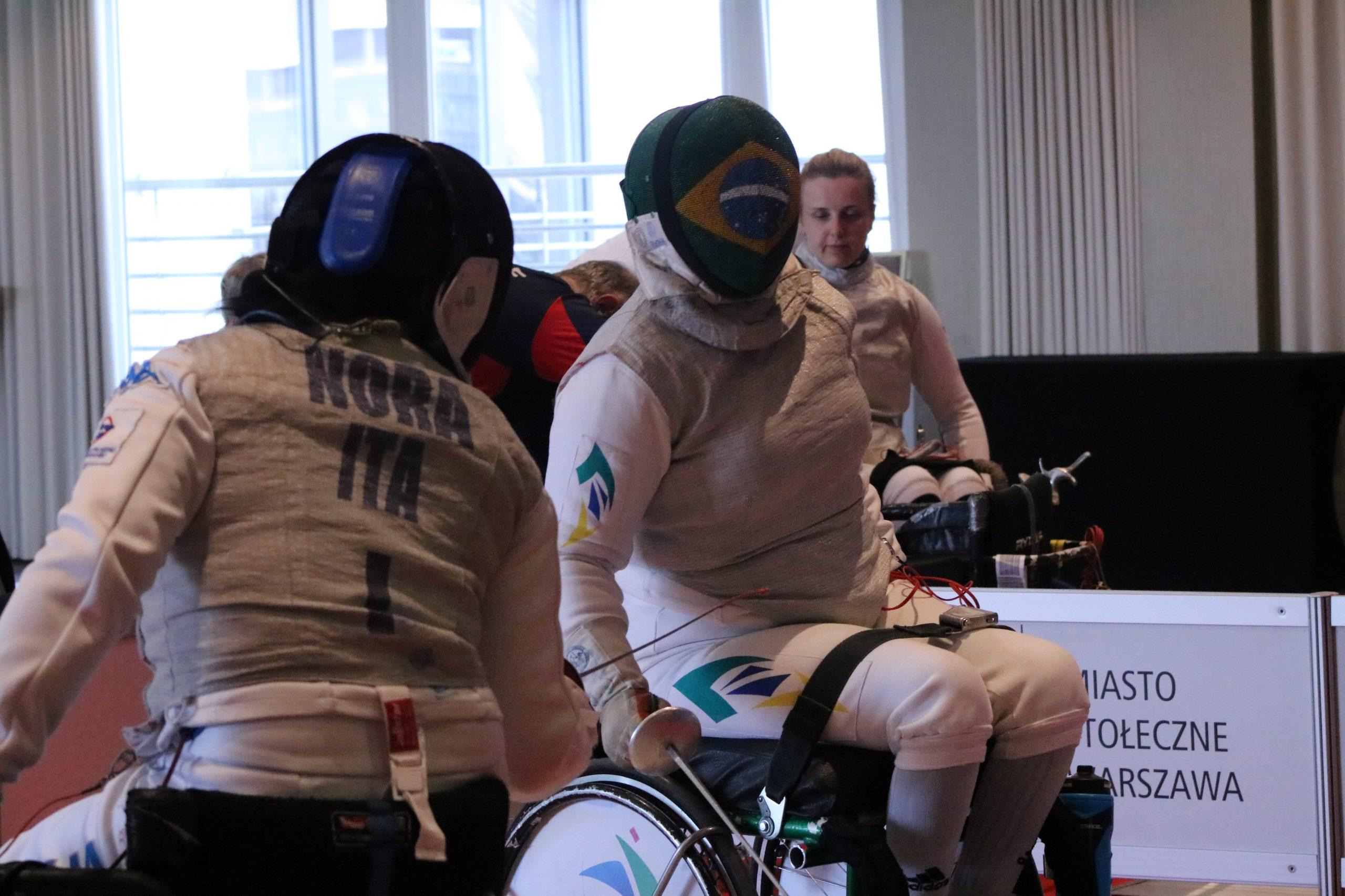 Jovane Guissone e Mônica Santos em ação no último dia de participação dos brasileiros na Copa do Mundo de Esgrima em Cadeira de Rodas
