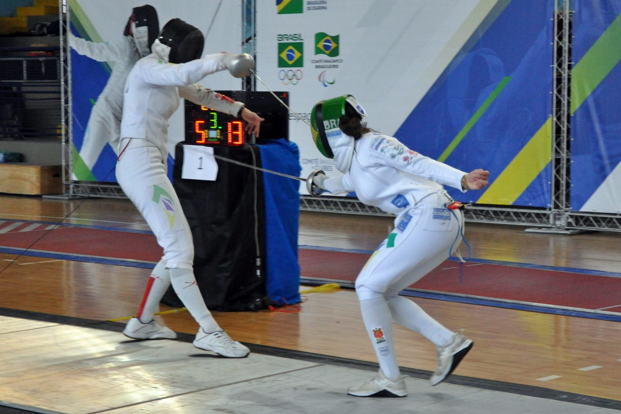 Paraná manda nas disputas de espada e conquista ouro no individual, com Amanda Simeão, e por equipes, na prova masculina