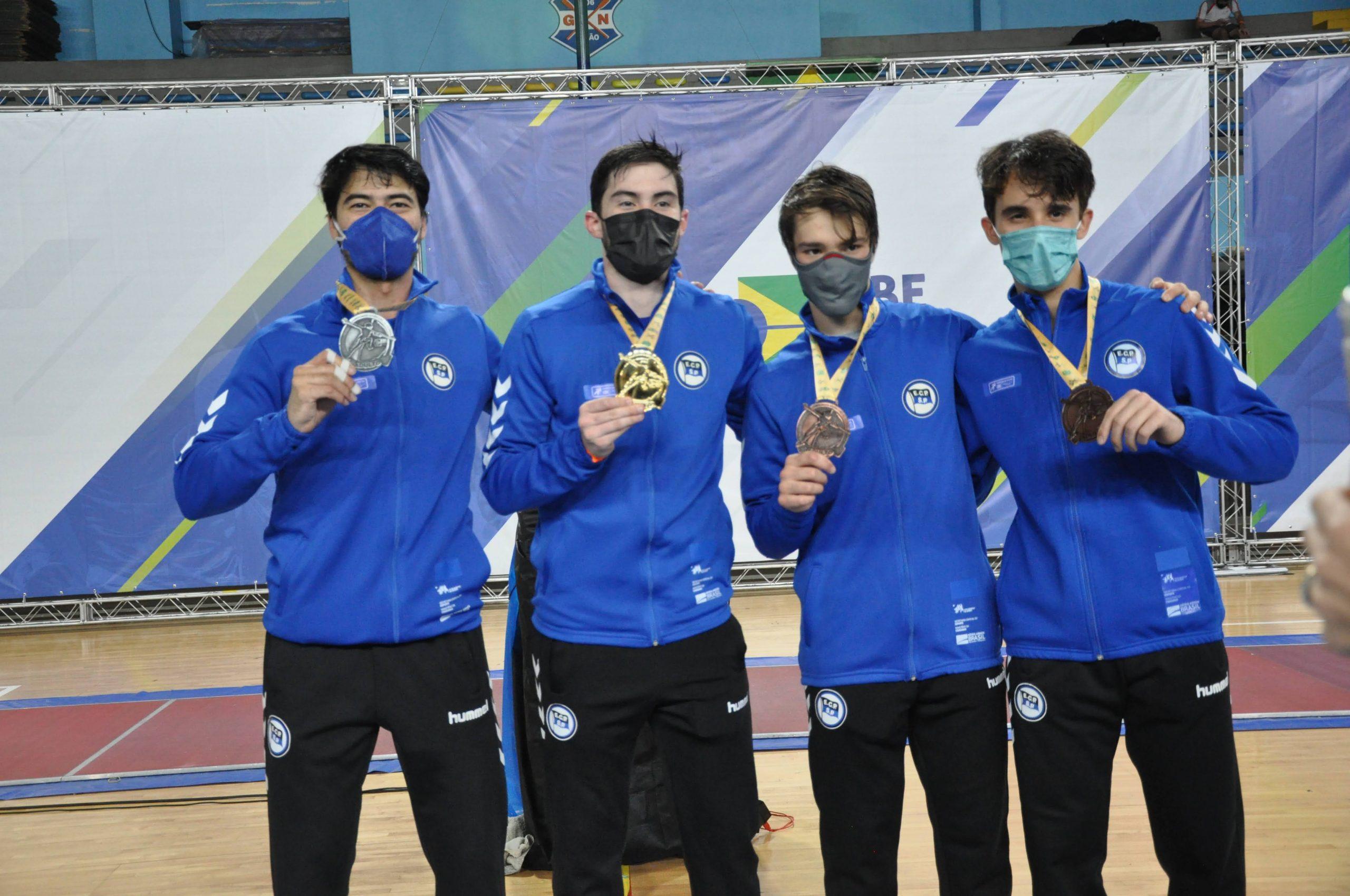 Henrique Marques é o campeão brasileiro de florete masculino no 'pódio azul' do Pinheiros